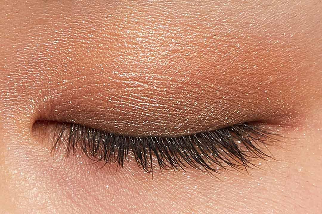 肌に溶け込むシースルー発色!ほんのり赤みのあるモードなブラウン に関する画像15