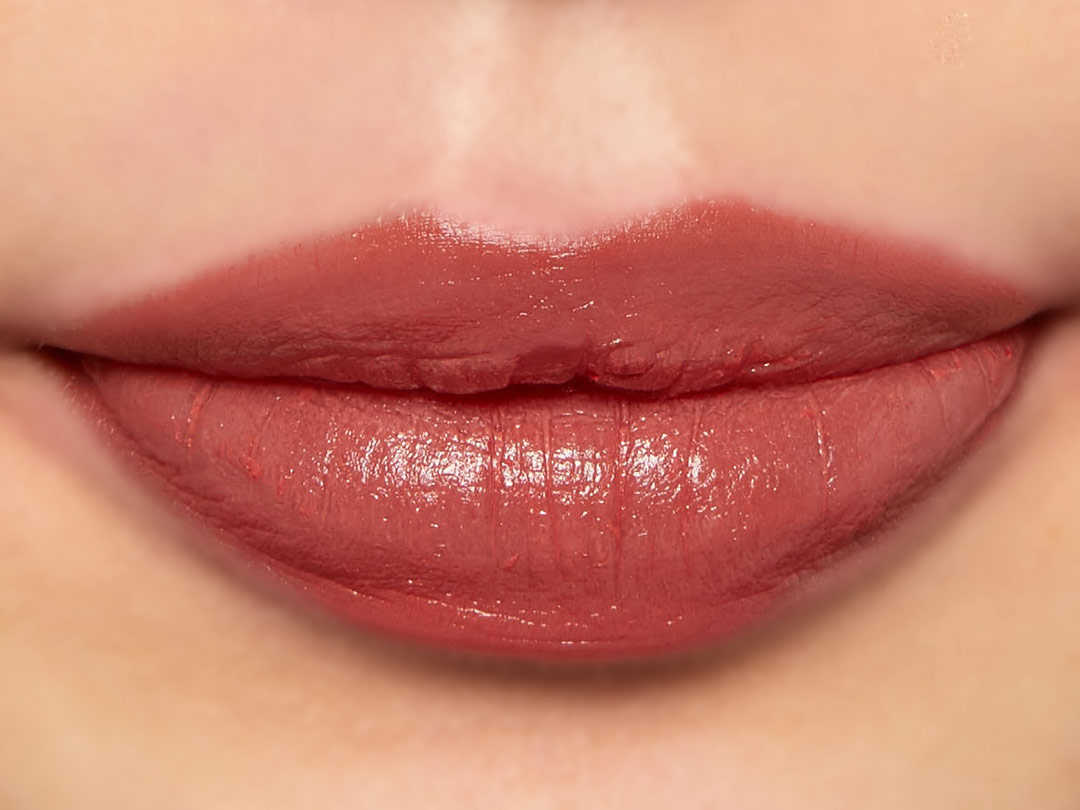 ヌードカラーを塗った唇