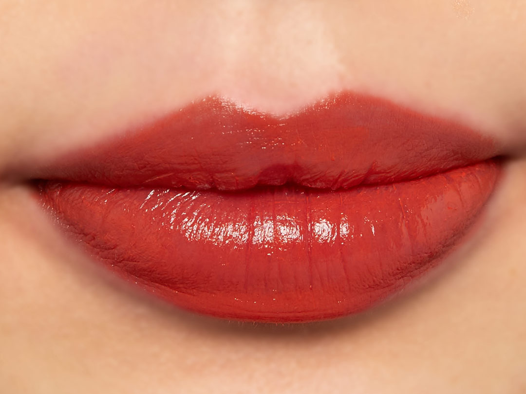 赤い下地を塗った唇