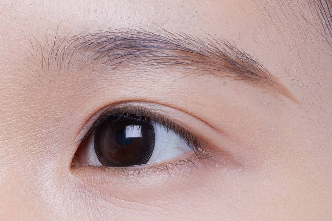 ①眉尻・眉の下辺に意識的に毛を足していき、目と眉を近づける。