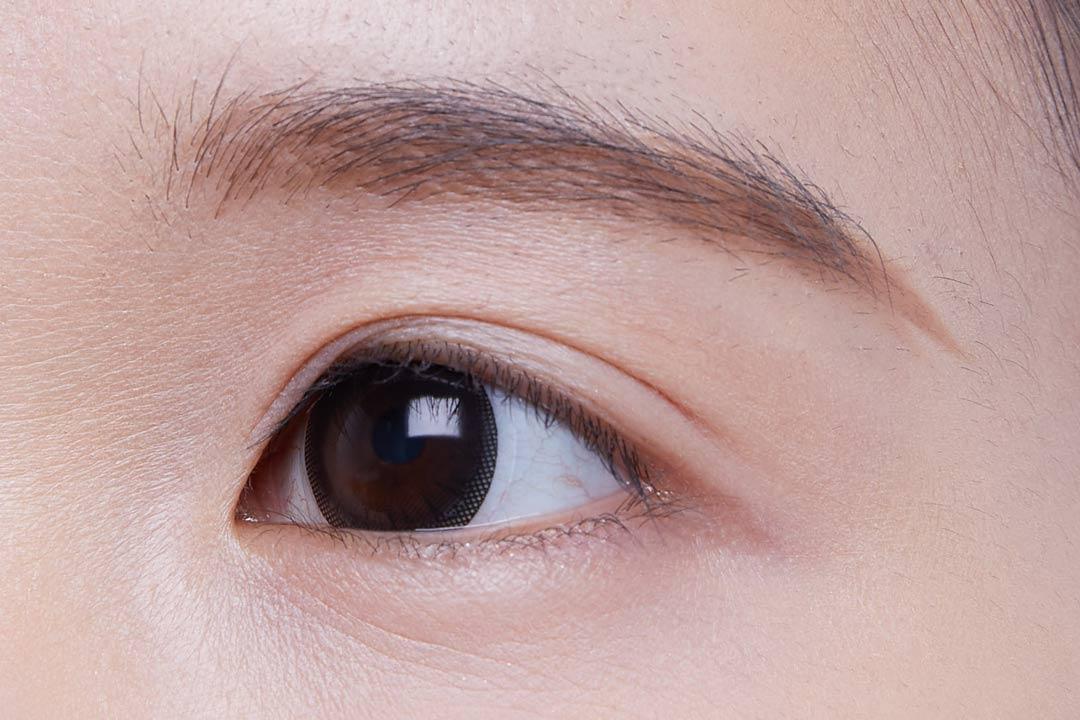 ②眉頭はペン先を寝かせ横方向に、眉尻に近づくにつれ縦方向にペンシルを動かす。