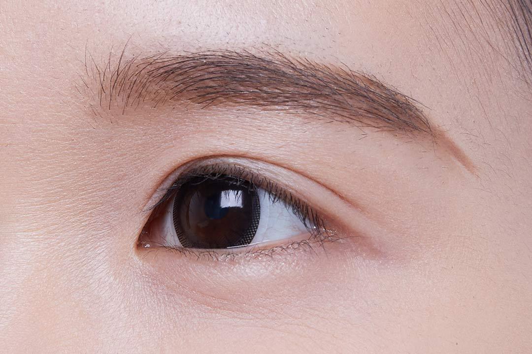 ③眉頭は、パウダーでスタンプを押すようにポンポンとのせる。
